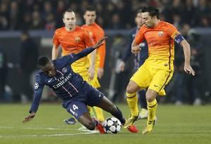 Matuidi briga pela bola com Xavi no jogo entre Paris Saint-Germain e Barcelona no Parc des Princes Foto: KENZO TRIBOUILLARD / AFP
