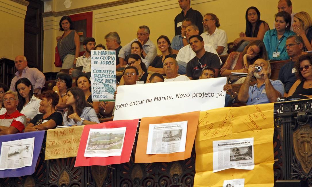 Com cartazes contrários e a favor ao empreendimento, público lota o auditório da Câmara dos Vereadores Foto: Márcio Alves / O Globo