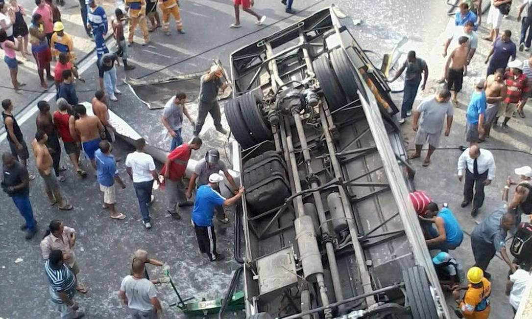 Ônibus que faz a linha 328 (Bananal-Castelo) caiu do Viaduto Brigadeiro Trompowski na pista lateral da Avenida Brasil, sentido Centro Foto do leitor Marcus Sobral