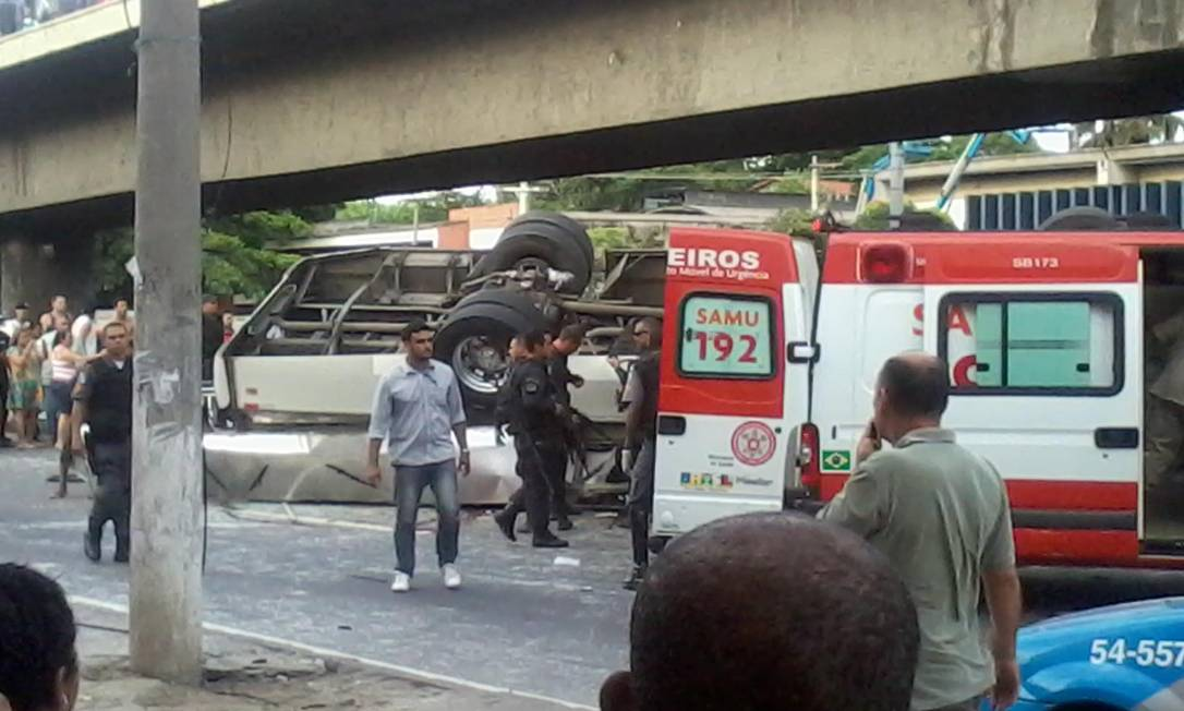 Ambulância fica parada na pista para socorrer feridos Foto do leitor Guilherme Estevão