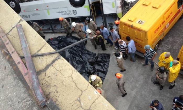 Sacos de plástico cobrem os corpos das vítimas do acidente Gustavo Goulart