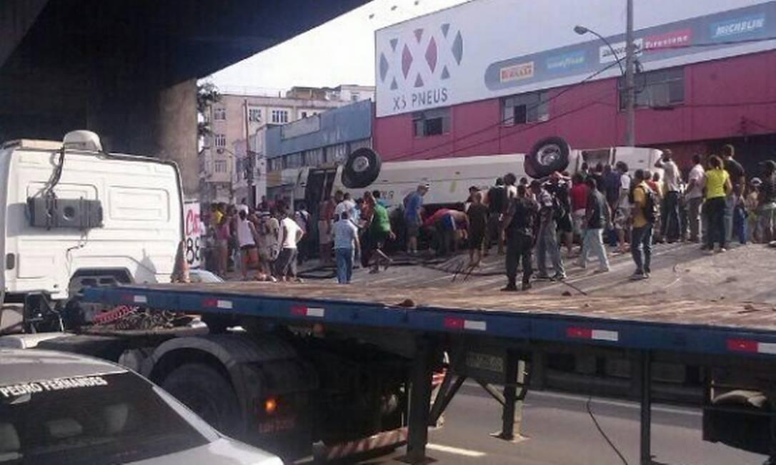 Trânsito na Avenida Brasil ficou fechado para o resgate das vítimas Foto da leitora Thays Guimend