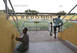 Funcionário do Estádio Raulino de Oliveira faz os últimos ajustes para o jogo desta quarta Foto: Alexandre Cassiano / Agência O Globo