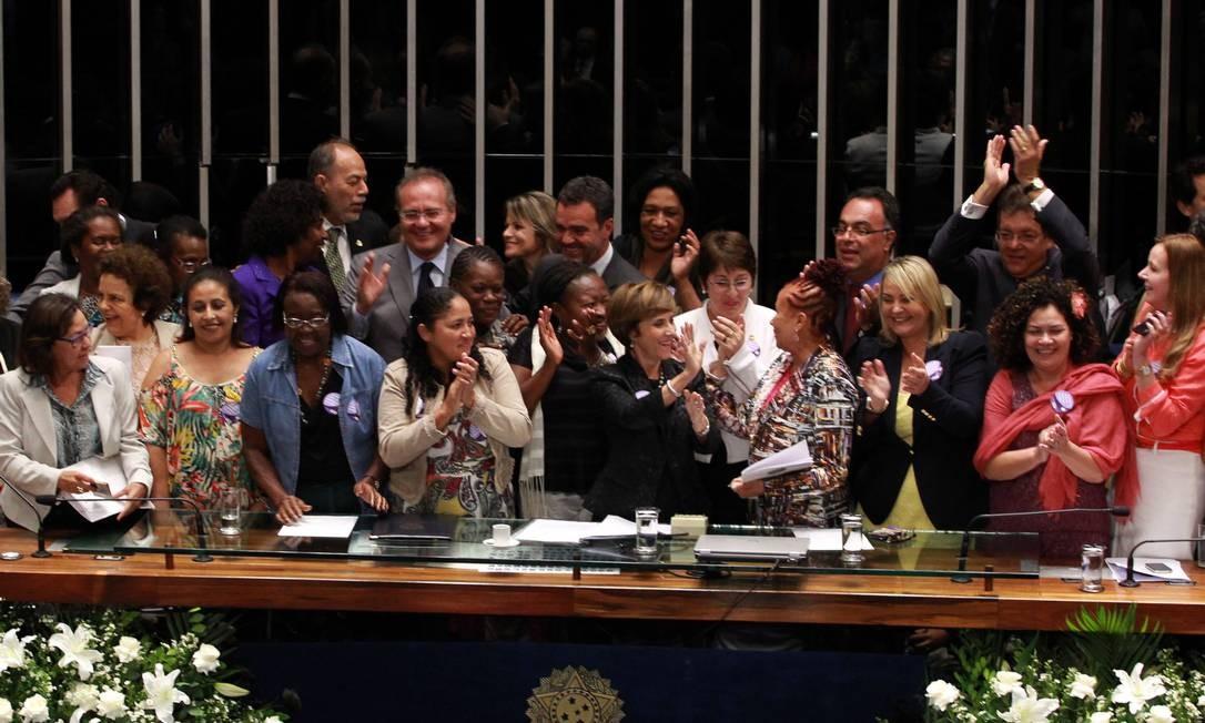 O presidente do Senado, Renan Calheiros (PMDB) durante promulgação da PEC das Domésticas no plenário do Senado Foto: Givaldo Barbosa