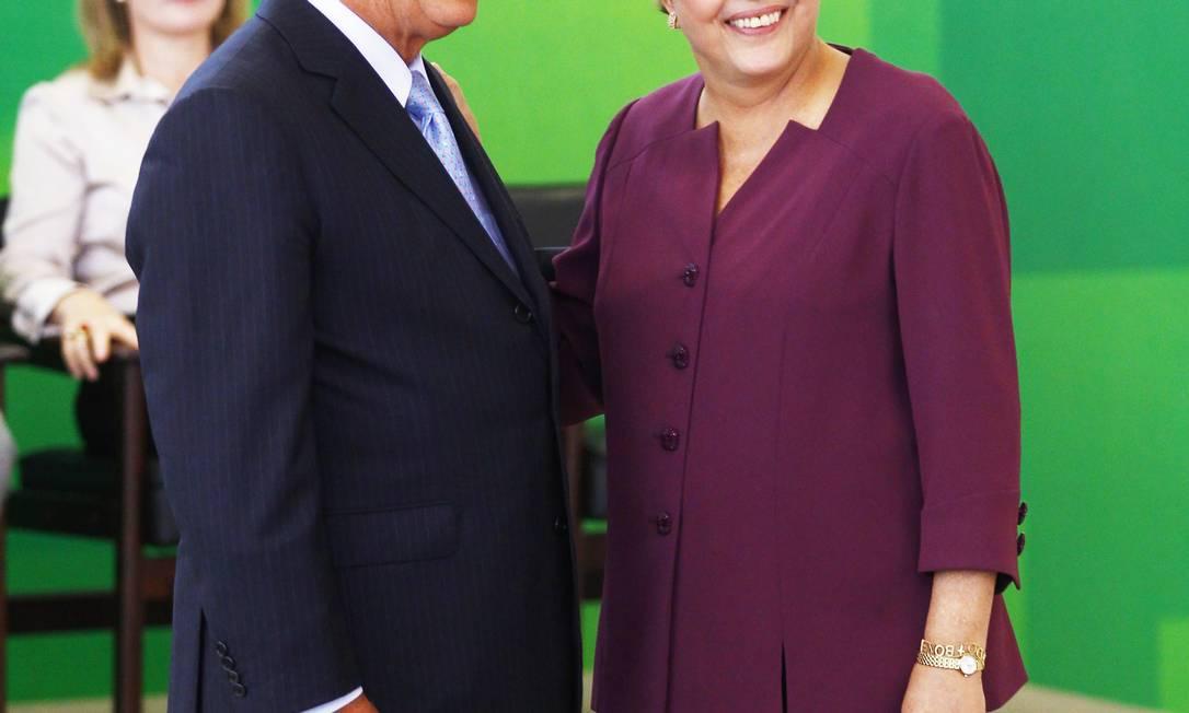 Dilma dá posse ao novo ministro dos Transportes, César Borges, no Palácio do Planalto Foto: Jorge William / O Globo