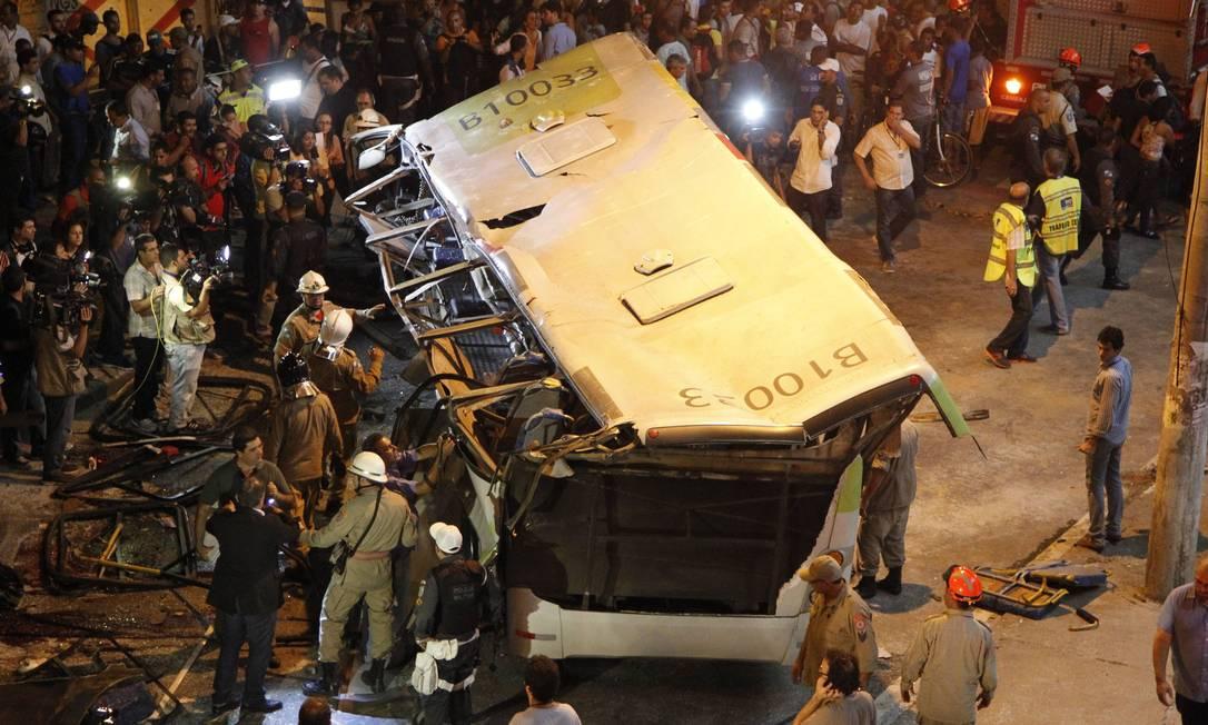 RI Rio de Janeiro (RJ) 02/04/2013 - Ônibus cai de viaduto na saída da Ilha. Foto: Marcelo Piu / Agência O Globo Marcelo Piu / Agência O Globo