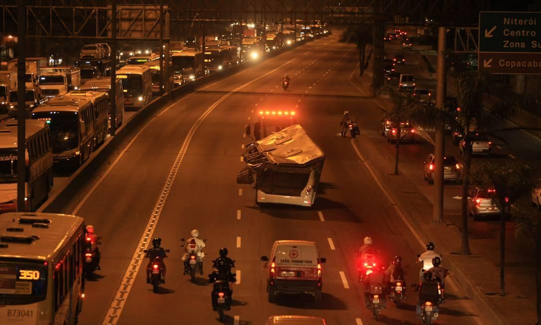 RI Rio de Janeiro(rj) - 02/04/2013 - ÔNIBUS ESCOLTADO - Ônibus que caiu de viaduto na Avenida Brasil é escoltado no começo da noite de Terça feira.Foto:Guilherme leporace Guilherme leporace / Agência O Globo