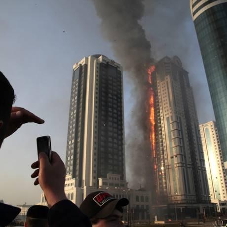 O prédio em chamas em Grozny, na Chechênia Foto: Musa Sadulayev / AP