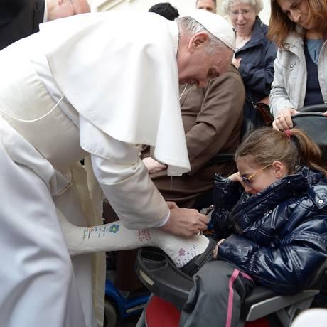 Papa assina gesso de menina após cerimônia Foto: AP