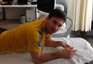 Foto divulgada por Lionel Messi em sua conta no Facebook, no momento dos exames feitos nesta quarta-feira na sua perna direita Foto: Reprodução/Facebook