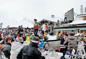 Show ao vivo no La Folie Douce: dono teve que investir em tecnologia para criar festa ao ar livre no topo da montanha em Val d'Isère Foto: Fernanda Dutra / O Globo