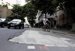 Obstáculo: um buraco toma conta de parte da ciclofaixa da Rua Figueiredo de Magalhães, em Copacabana Foto: O Globo / Marcelo Piu