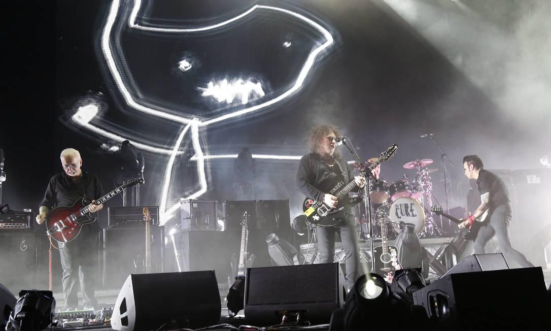O show da banda The Cure, liderada por Robert Smith, empolgou fãs de várias gerações Foto: Mônica Imbuzeiro / Agência O Globo