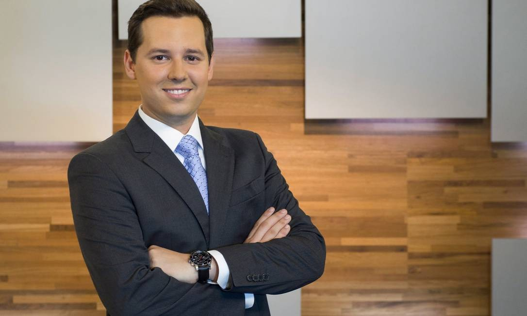 """Editor de Economia do """"Jornal das Dez"""", o jornalista de 28 anos conta que tem William Bonner e Chico Pinheiro como referências Foto: globo news/divulgação"""