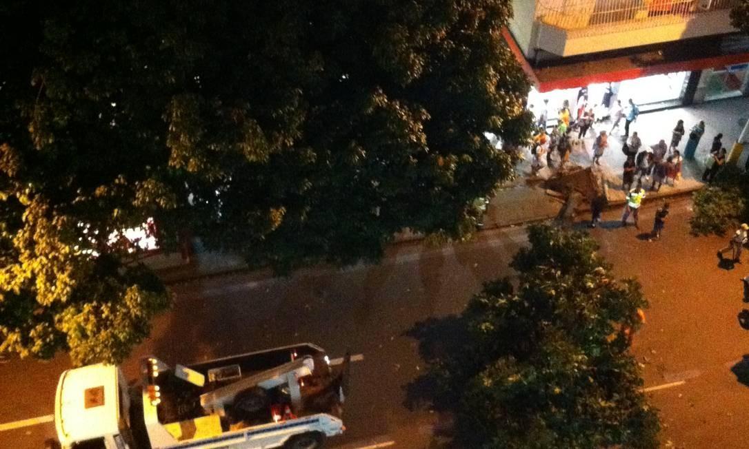 Uma árvore interdita a Avenida Visconde de Pirajá, em Ipanema, entre as ruas Farme de Amoedo e Teixeira de Melo, deixando o tráfego lento na região Foto: Foto de Toni Oliveira