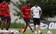 O técnico Jorginho observa Ibson no treino. O meia, que não viajou para a partida contra Remo, em Belém, deve ficar no banco neste sábado
