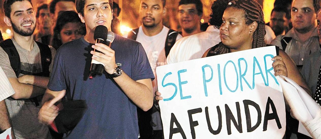 """Raphael Costa, integrante do movimento """"Sou Niterói"""", falou aos últimos manifestantes no fim do protesto contra as barcas na Praça Quinze Foto: Roberto Moreyra/2-4-2013"""