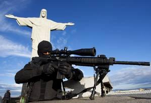 Atirador do Bope se posiciona próximo ao Cristo Redentor Foto: Fernando Quevedo / Agência O Globo