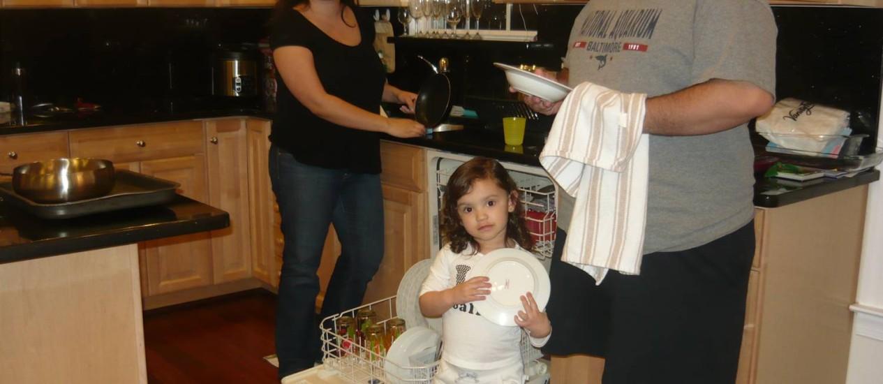 Melina, Olívia e Bruno, que vivem num subúrbio de classe média da Virgínia, dividem as tarefas em casa e não têm empregada Foto: Flávia Barbosa
