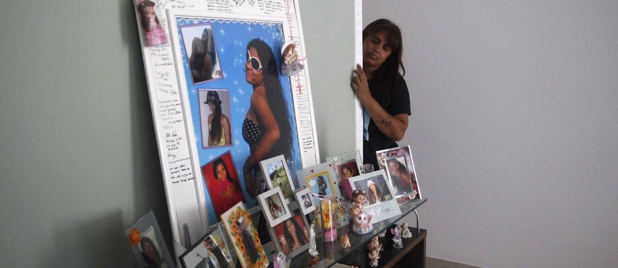 Adriana Maria da Silveira, mãe de Luiza Paula, mantém fotos e um quadro da filha na sala de sua casa Foto: Custódio Coimbra / O Globo