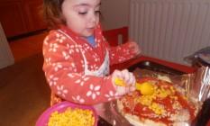 Laura faz a própria pizza na cozinha de casa, em Oxford Foto: Arquivo pessoal