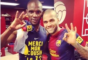 O lateral brasileiro Daniel Alves publicou uma foto com Abidal no vestiário do Barcelona após o retorno do lateral francês ao futebol Foto: Reprodução de internet