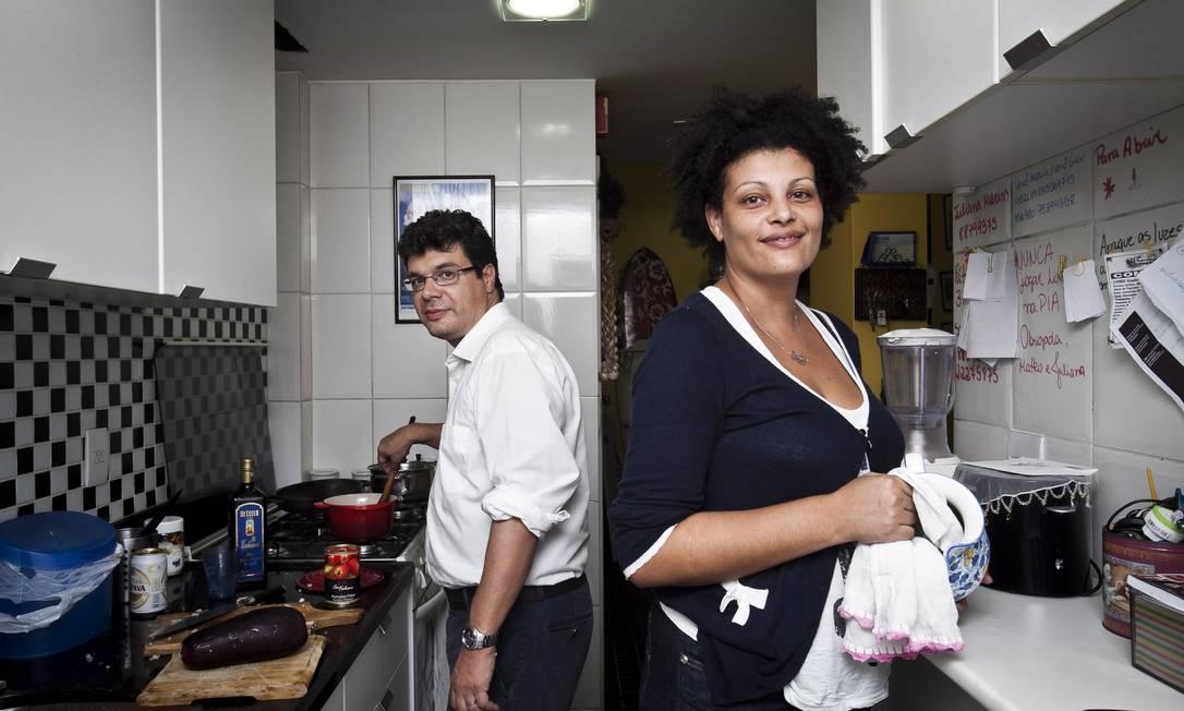 Matteo e Juliana dividem o cardápio, as compras e a educação dos filhos Foto: Guillermo Giansanti / Agência O Globo