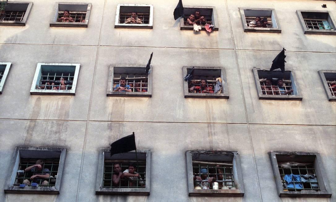 Luto. Após o massacre, bandeiras pretas nas janelas das celas do Pavilhão 9 do Carandiru, em protesto contra a ação da PM: apesar de os presos não portarem armas de fogo, exames do IML mostraram que 102 detentos foram mortos com tiros Foto: Cláudio Rossi 07/10/1992 / Agência O Globo