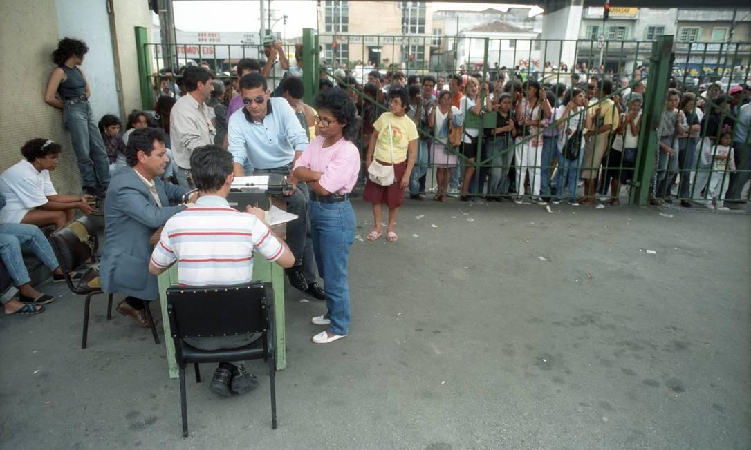 No dia do massacre, as autoridades divulgaram que apenas oito presos morreram no Carandiru. Na foto, familiares buscam notícias dos presos Foto: Arquivo O Globo