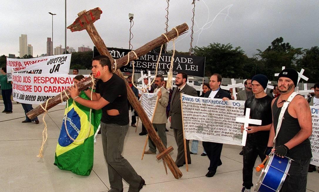Até 2012, apenas o coronel Ubiratan Guimarães foi condenado, mas ele nunca foi preso e morreu assassinado alguns meses após o julgamento. Na foto, manifestantes protestam por justiça no dia do julgamento Foto: Arquivo O Globo