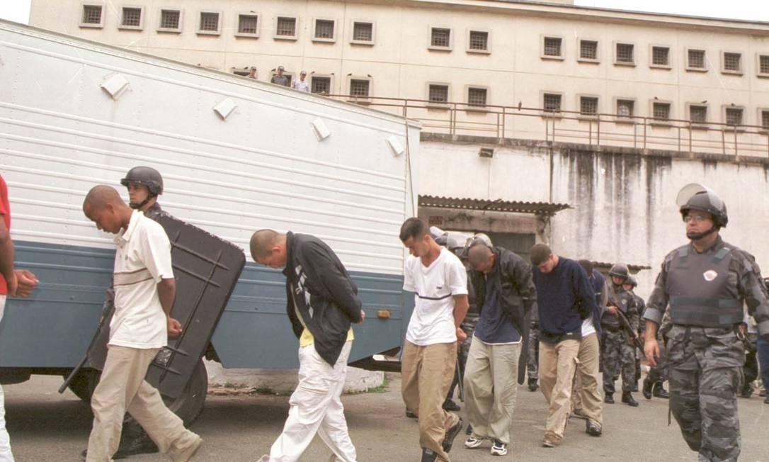 Em 2002, a Casa de Detenção de São Paulo foi desativada. Na foto, os últimos presos são retirados do presídio Foto: Arquivo O Globo