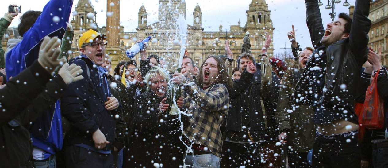 Manifestantes celebram morte com champanhe na George Square, em Glasgow Foto: DAVID MOIR / REUTERS