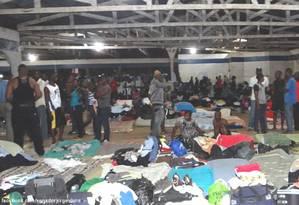 Estrangeiros ilegais, na sua maioria haitianos, acampados em clube na cidade de Brasiléia (AC) Foto: Divulgação