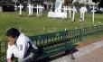 Um argentino perto de cruzes em honra aos soldados mortos na Guerra das Malvinas, em Buenos Aires: ferida ainda aberta