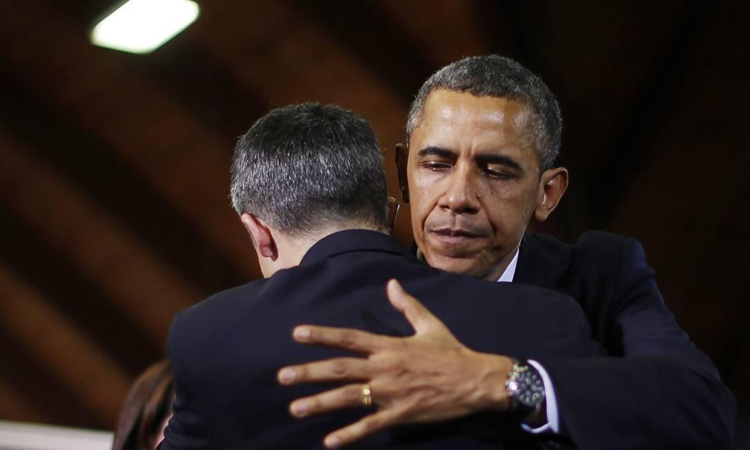 Barack Obama abraça Ian Hockley, pai de um dos alunos mortos no massacre em Newtown Foto: JASON REED / Reuters