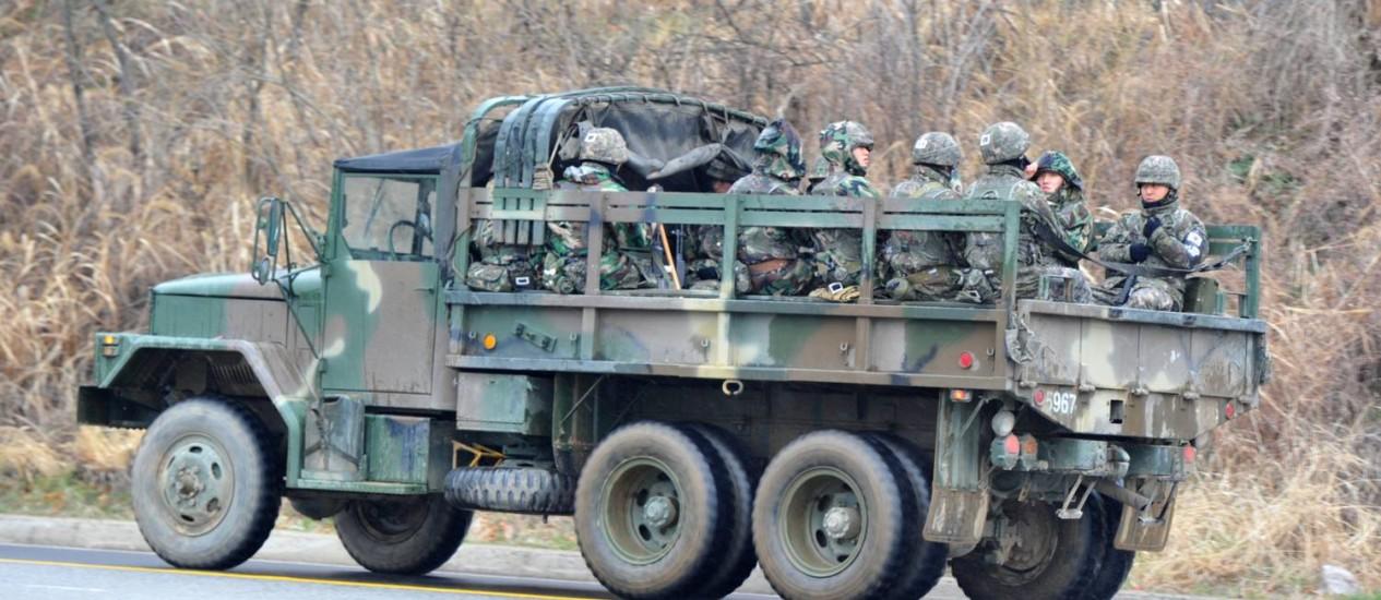 Soldados da Coreia do Sul a caminho da fronteira com a Coreia do Norte Foto: KIM JAE-HWAN / AFP