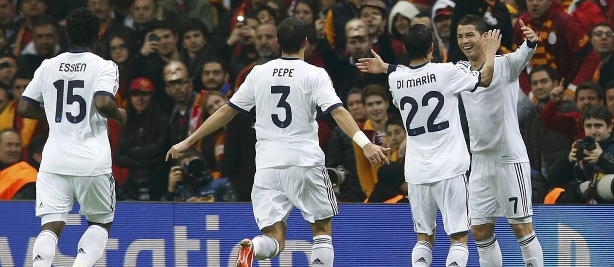 Cristiano Ronaldo comemora com Di Maria, Pepe e Michael Essien o primeiro gol diante do Galatasaray, em Istambul Foto: MURAD SEZER / REUTERS