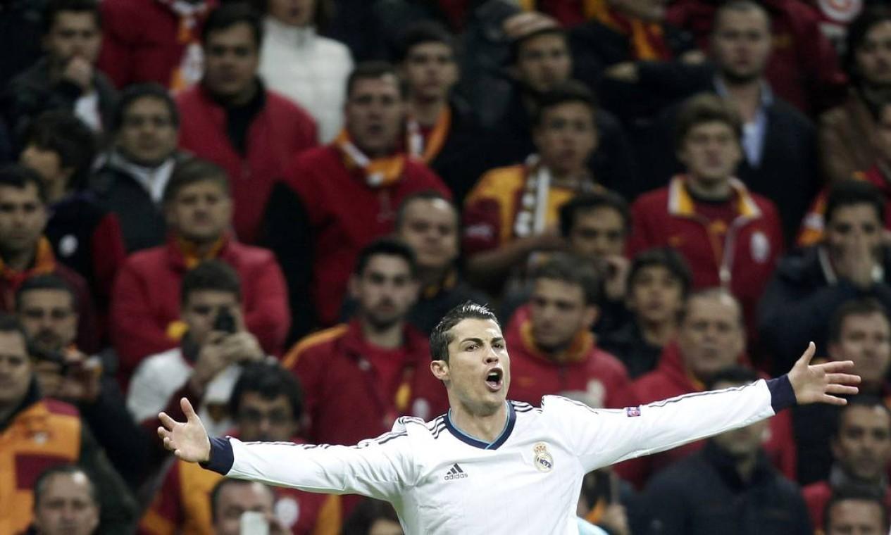 Cristiano Ronaldo, do Real Madrid, comemora o primeiro gol contra o Galatasaray, pelas quartas de final da Champions League Foto: OSMAN ORSAL / REUTERS