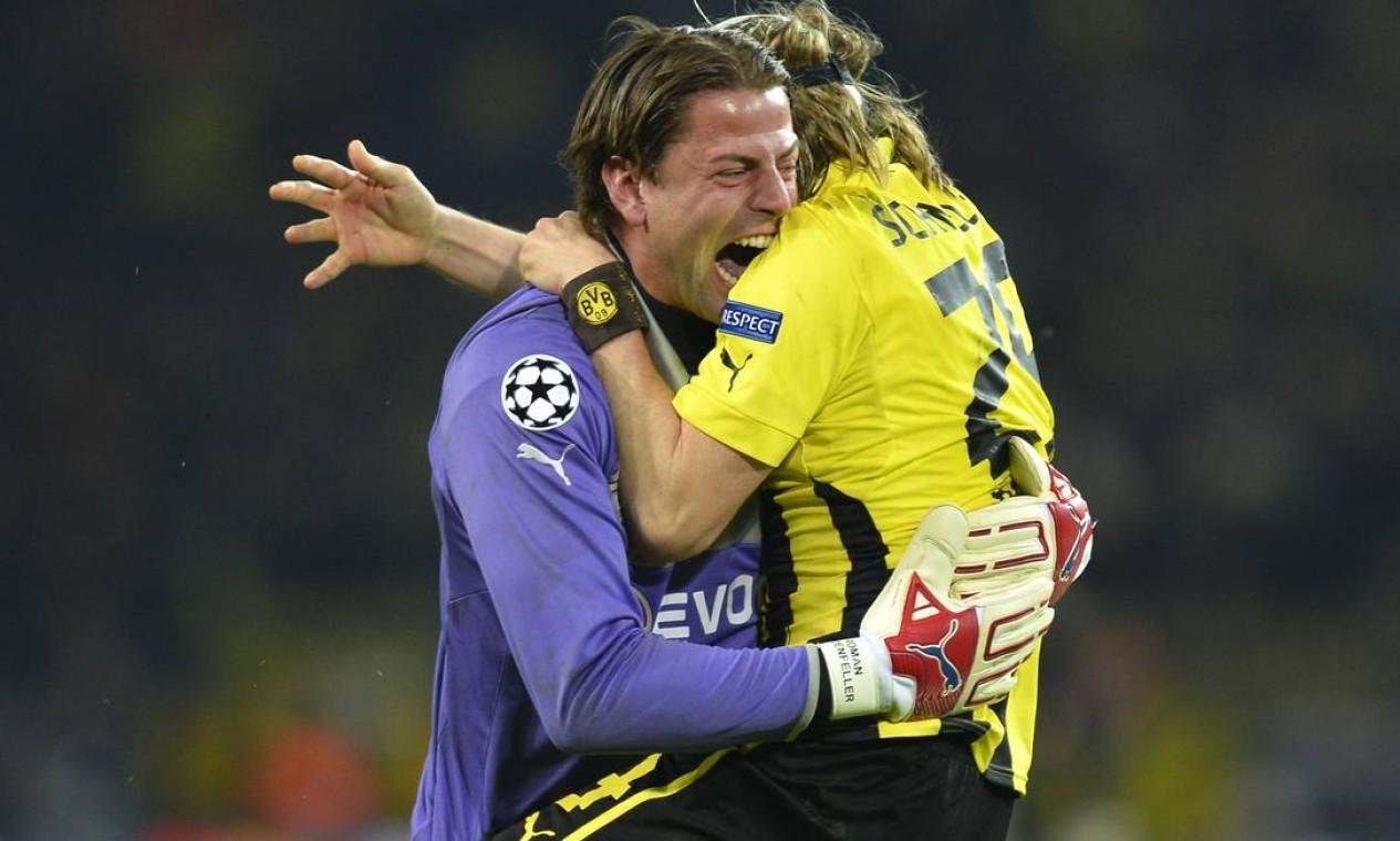O goleiro Roman Weidenfeller, do Dortmund, festeja com o zagueiro Marcel Schmelzer a vitória sobre o Malaga Foto: ODD ANDERSEN / AFP