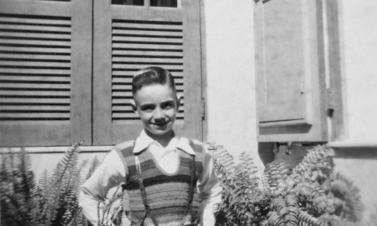 """O olhar de Aldir Blanc sobre a infância e a adolescência está exposto em """"Aldir Blanc — Resposta ao tempo"""" (Casa da Palavra), do jornalista Luiz Fernando Vianna. Nessa foro, o músico aparece aos 7 anos, no quintal da casa dos avós maternos, em Vila Isabel Foto: Divulgação"""