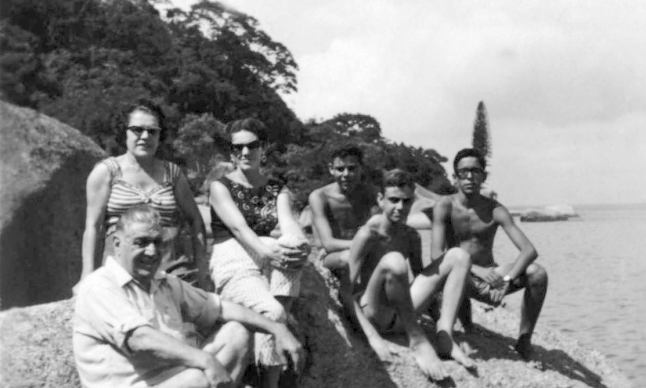 O cantor com os avós maternos, a mãe Helena, o primo Dininho e um amigo, aos 12 anos, em Paquetá, na Pedra da Moreninha Foto: Divulgação