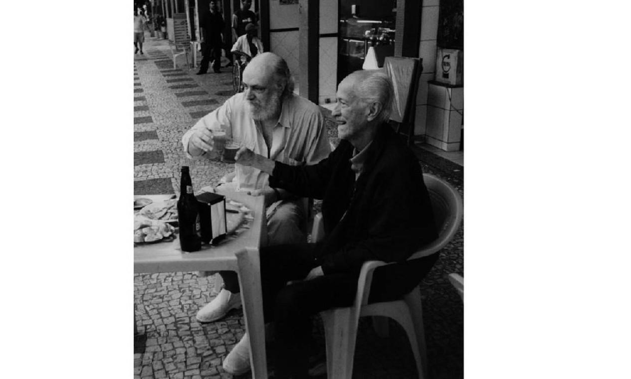 O compositor e seu pai Alceu no bar do Momo, na Tijuca Foto: Divulgação