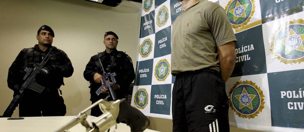 Polícia apresenta um dos homens que participou de assalto a atriz e diretor de 'Salve Jorge' Foto: Marcelo Piu / Agência O Globo