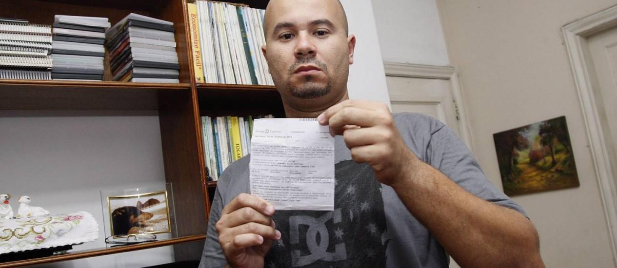 Leonardo recebeu carta da Serasa comunicando que estava com o nome 'sujo'. Mas dívida não existia Foto: FOTO: Márcio Alves / Agência O Globo