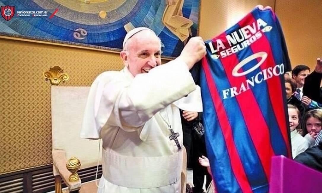O Papa Francisco com a camisa do San Lorenzo. Ele retribuiu o presente com uma carta para o clube de coração Foto: Site do San Lorenzo / Reprodução