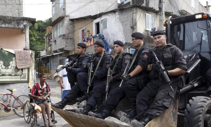RI Rio de Janeiro (RJ) 10/04/2013 Operação para reprimir a venda de droga, na Vila do João, com a participação do Bope, Policia Federal, Batalhão de Choque e PM. Foto Marcos Tristão Marcos Tristão / Agência O Globo