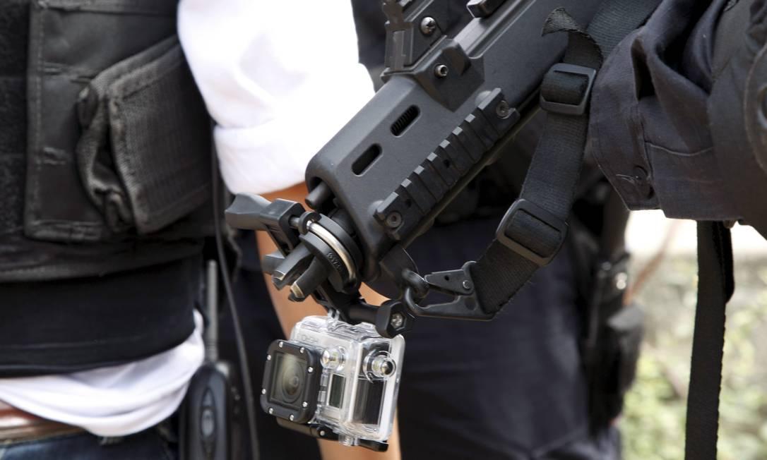 A câmera acoplada em um fuzil que foi utilizada por um policial federal durante a operação nas favelas da Maré Marcos Tristão / Agência O Globo