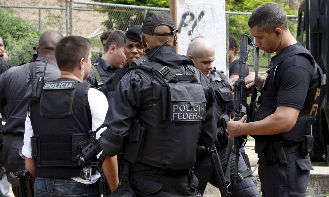 Policiais federais dão apoio à operação no Complexo da Maré Marcos Tristão / Agência O Globo