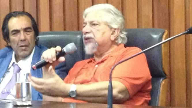 Renato Tapajós depõe na comissão, ao lado do deputado Adriano Diogo Foto: Tatiana Farah/Ag. O Globo