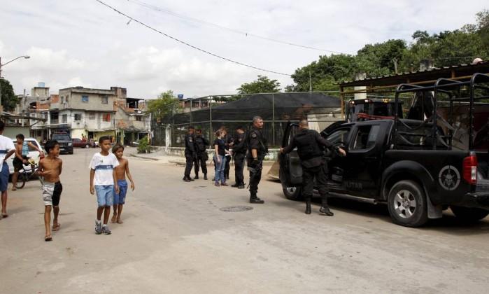 Crianças circulam normalmente pela comunidade durante operação do Bope Marcos Tristão / Agência O Globo